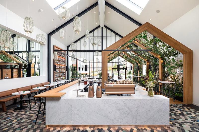 Hình ảnh: Mẫu thiết kế quán cafe đột phá & sáng tạo với tông màu trắng – nâu gỗ