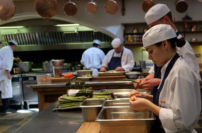 Khu vực bếp cần đảm bảo sang trọng và sạch sẽ
