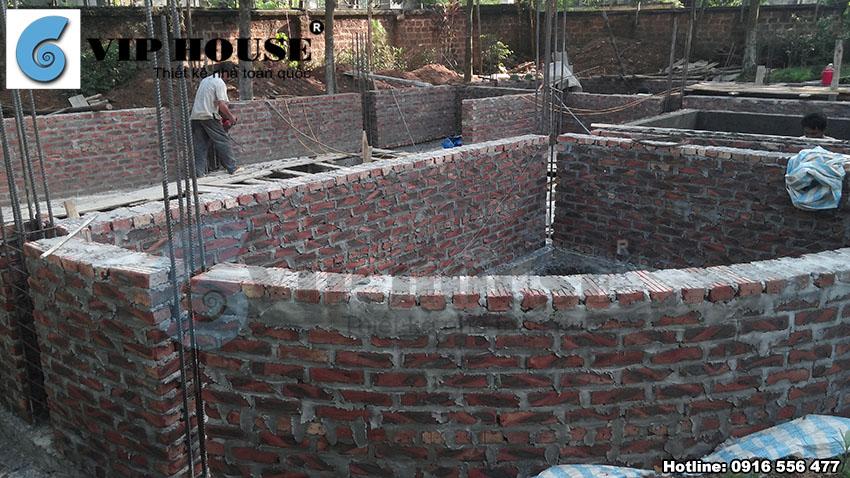 Những phần tường đầu tiên được xây nên định hình ngôi biệt thự