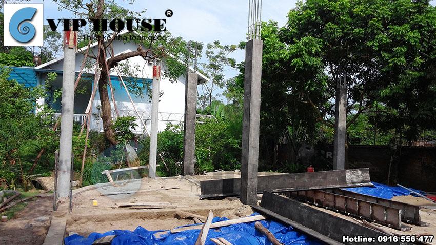 Cột nhà và những phần tường móng đầu tiên được xây lên.