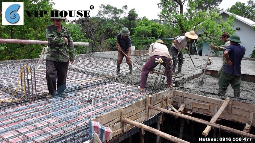 Giai đoạn đổ mái được thực hiện cẩn thận và chắc chắn.