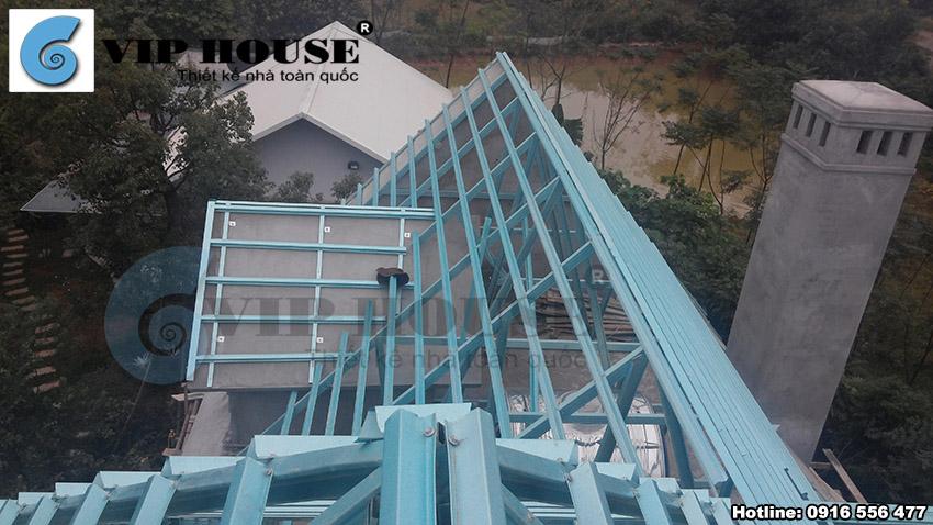 Hình ảnh: Phần thô của ngôi nhà dần được hình thành, tường nhà và mái đã được xây dựng khá hoàn chỉnh.